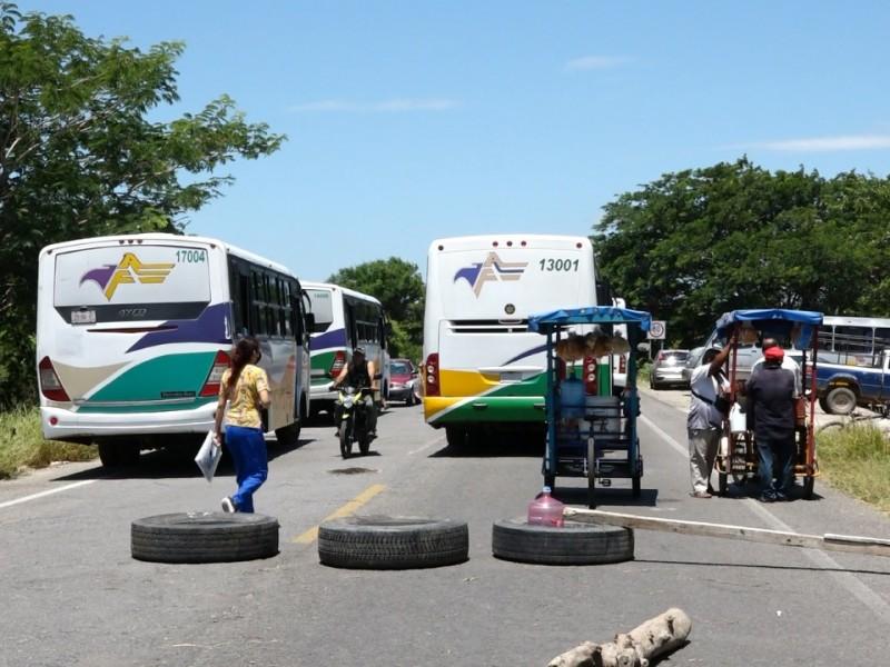 Bloqueos carreteros afectan gravemente la economía Juchiteca