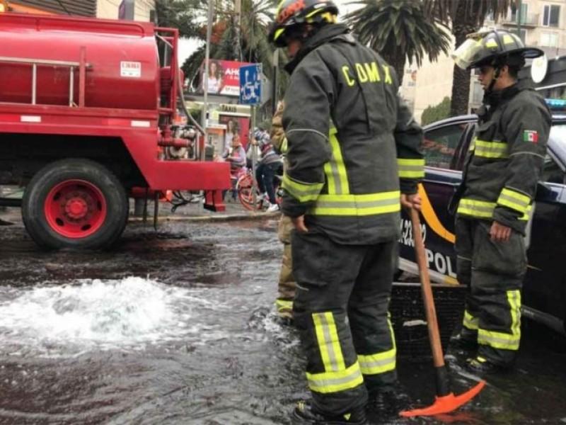 Bomberos atienden enorme fuga de agua en Polanco