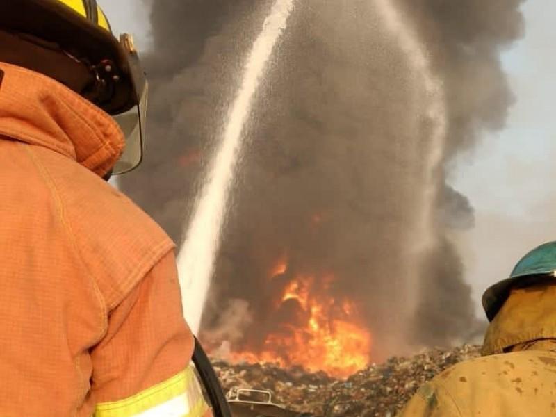Bomberos buscan sofocar incendio en el basurero de Jacona