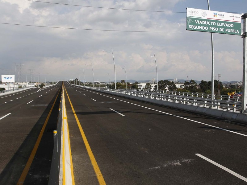Bomberos combaten incendio en autopista México-Puebla