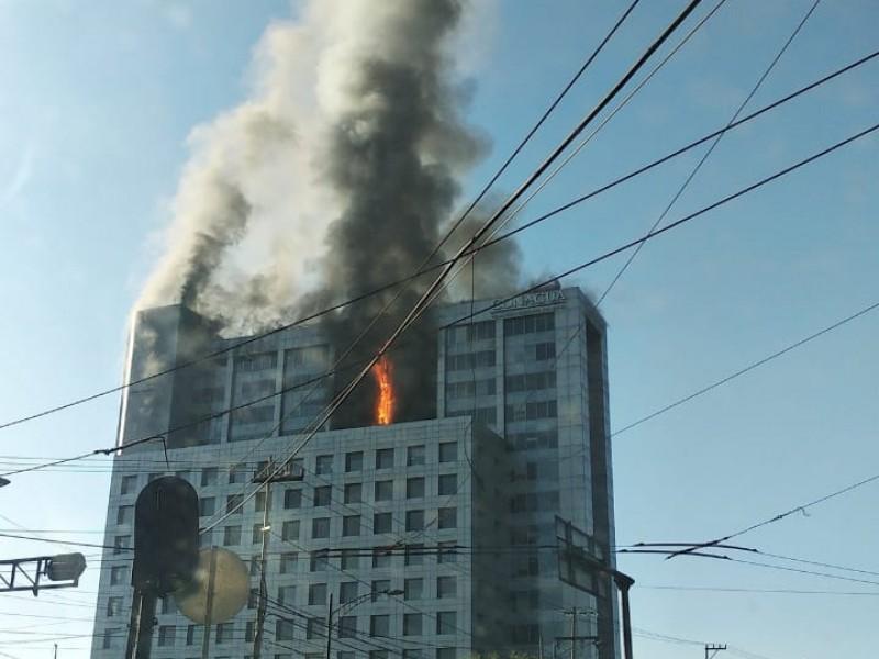 Bomberos combaten incendio en oficinas de Conagua