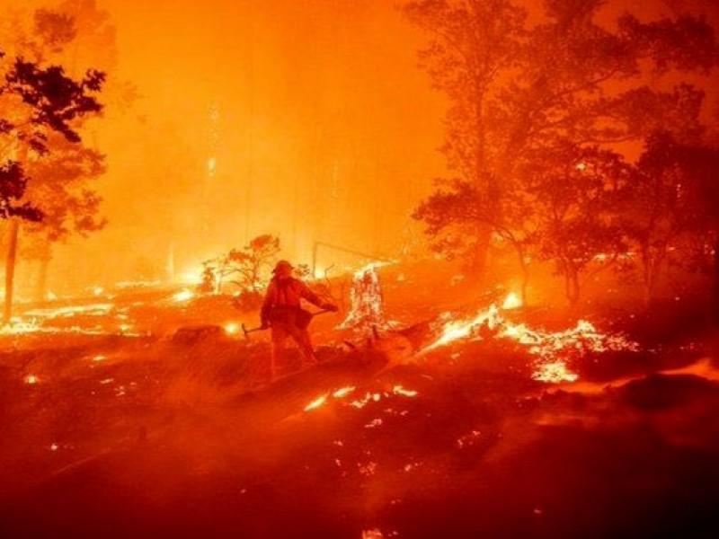Bomberos extienden desalojos por incendios en California