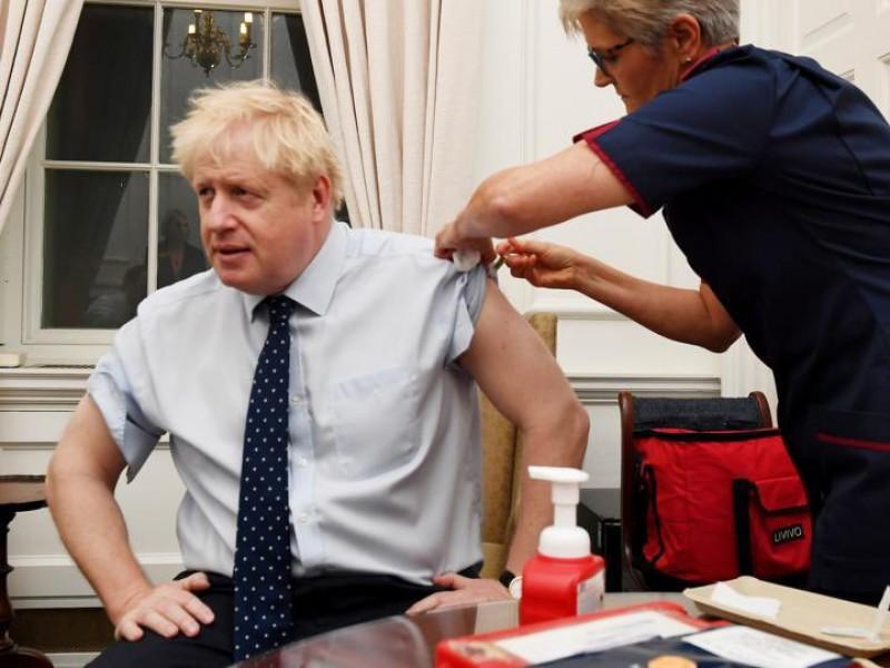Boris Johnson recibe vacuna de AstraZeneca contra Covid-19