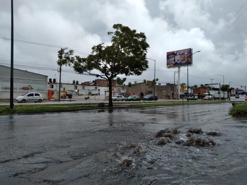 Boulevard Delta afectado por encharcamientos; agua brota de alcantarillas