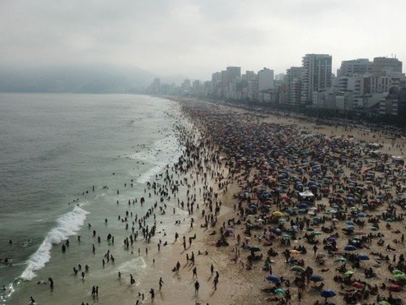Brasil llena playas pese aumento Covid-19