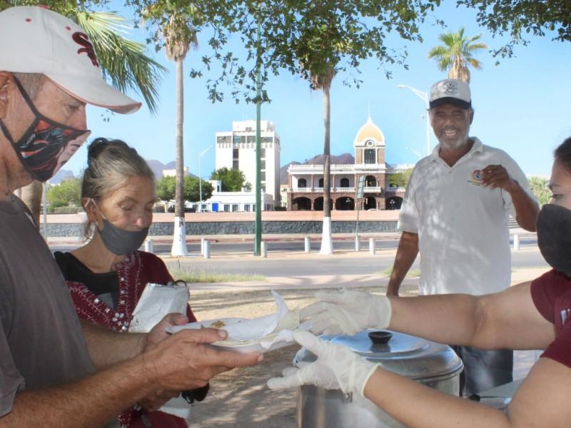 Brindan alimento a personas vulnerables y en condición de calle