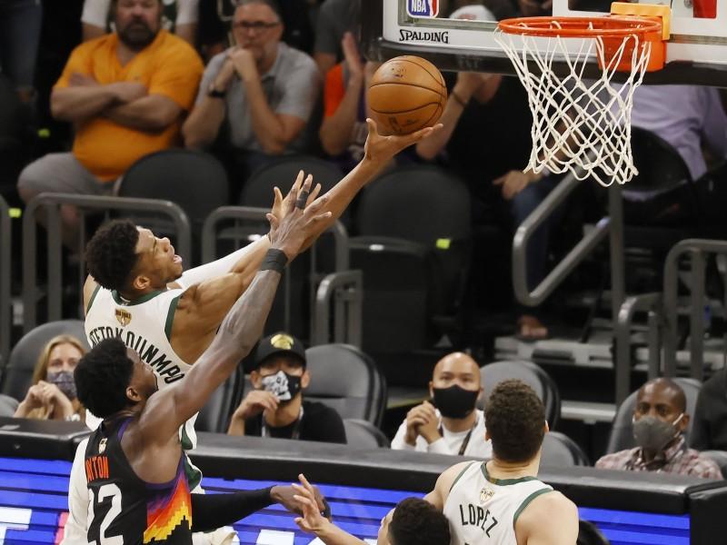 Bucks a un juego del campeonato de la NBA
