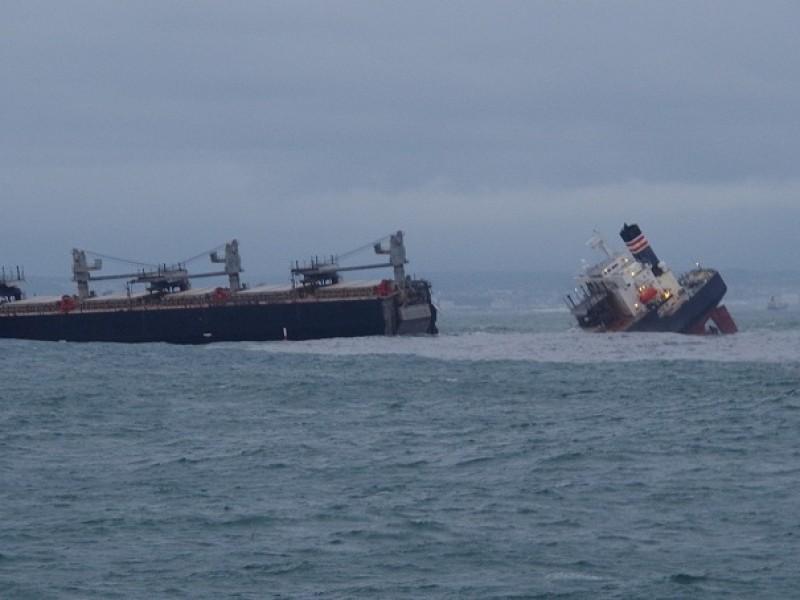 Buque se parte en dos, provoca derrame de petróleo Japón