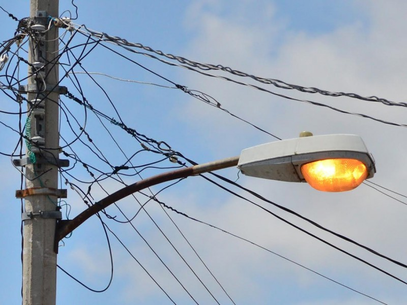 Cableado de luminarias no dura un día en algunas colonias