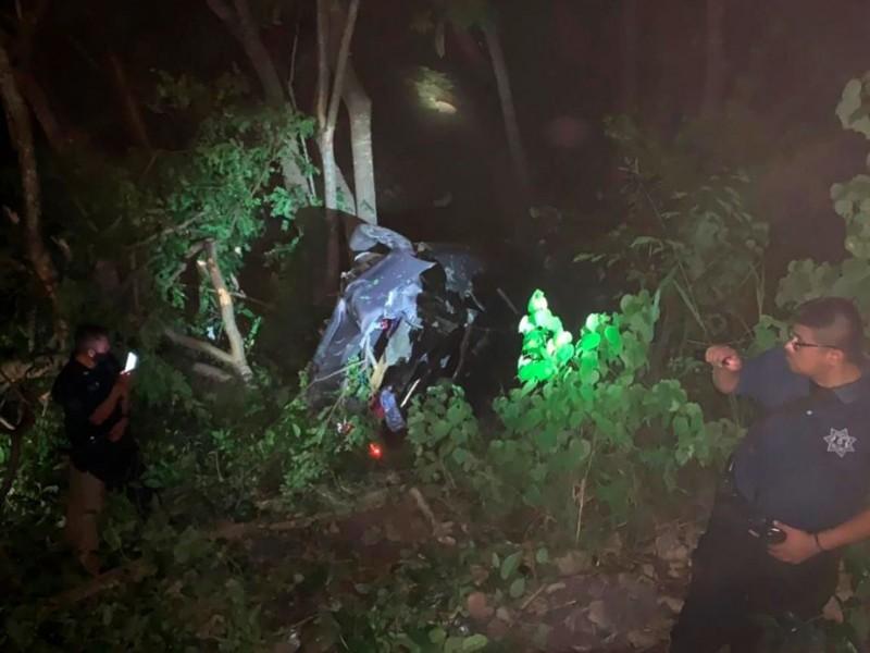 Cae auto a barranco; mueren 2 menores