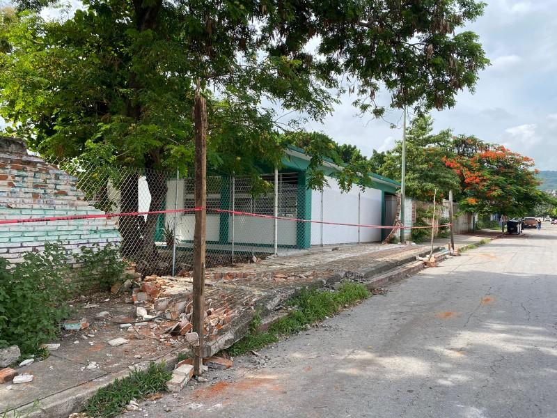 Cae barda perimetral de escuela sin atención tras sismo #7S
