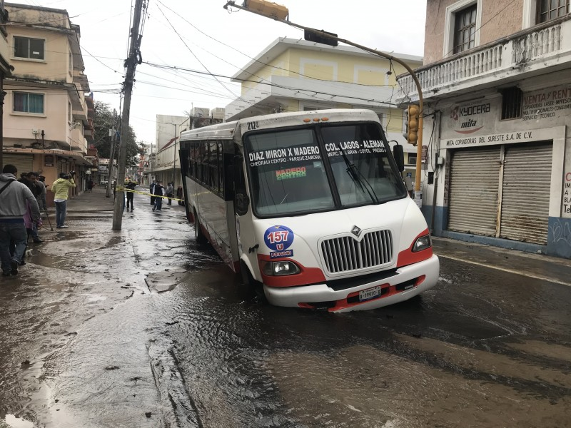 Cae camión a socavón en centro de Veracruz