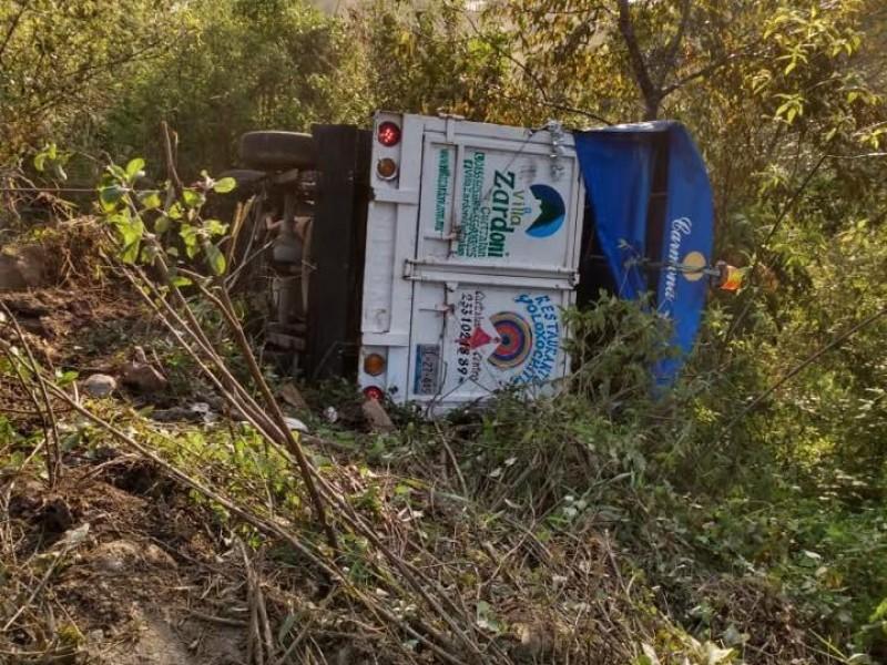Cae camioneta con peregrinos a barranco en Cuetzalan