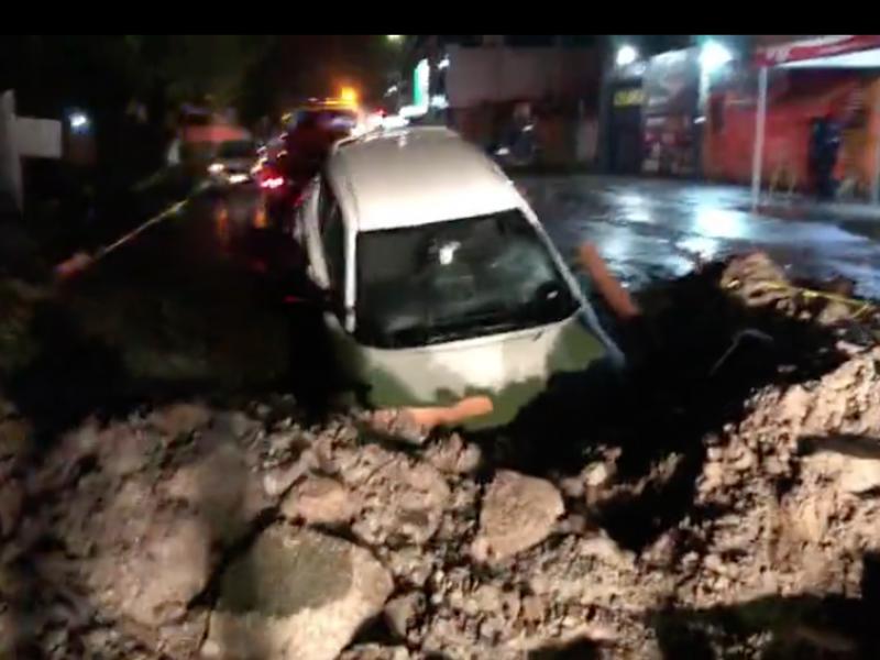 Cae camioneta en zanja en colonia Valle de Matatipac