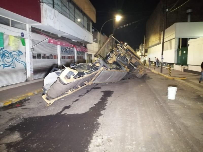 Cae en socavón maquinaria de asfalto de Guadalajara