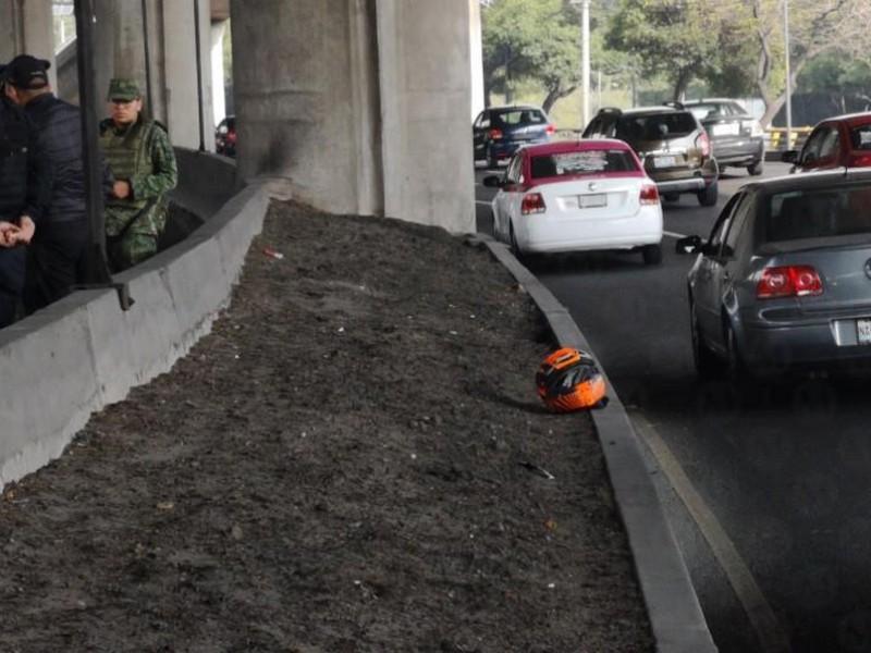 Cae motociclista 6 metros en Periférico y muere