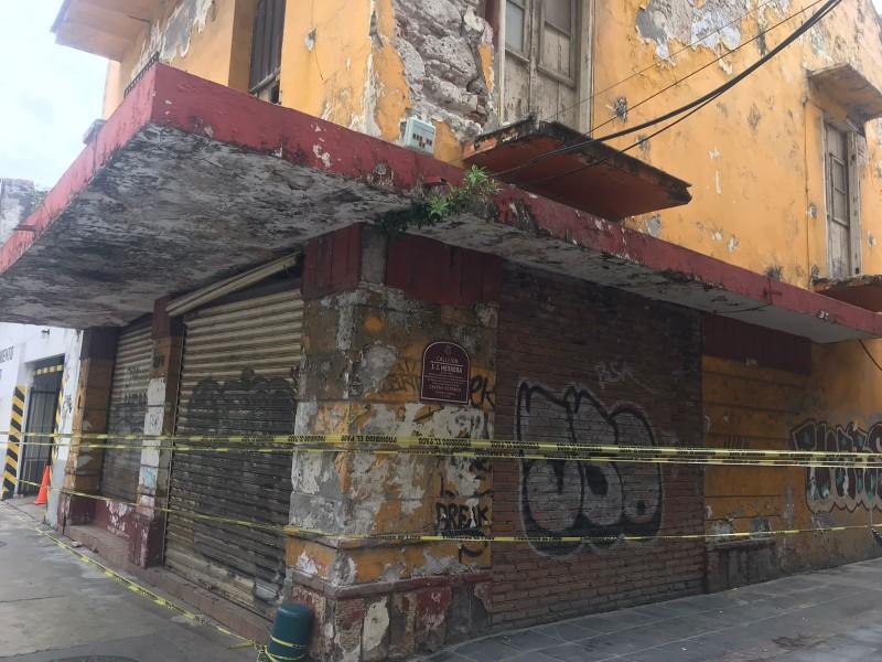 Cae pedazo de cornisa de un edifico del centro Veracruz