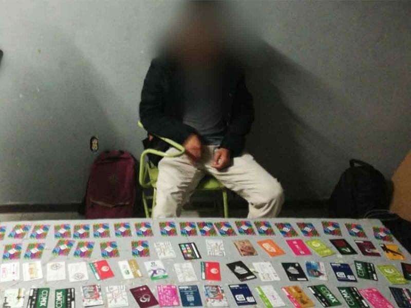 Cae revendedor de tarjetas en el Metro