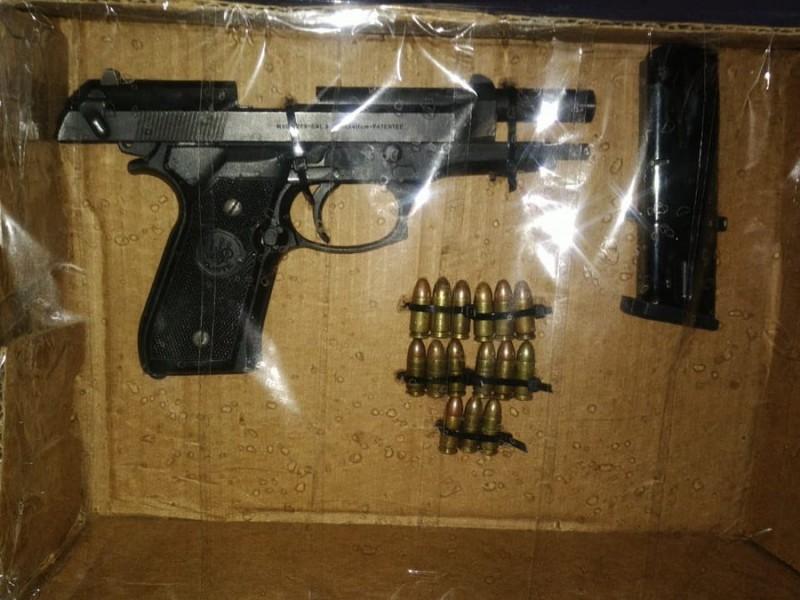 Cae sujeto con arma prohibida y cartuchos útiles