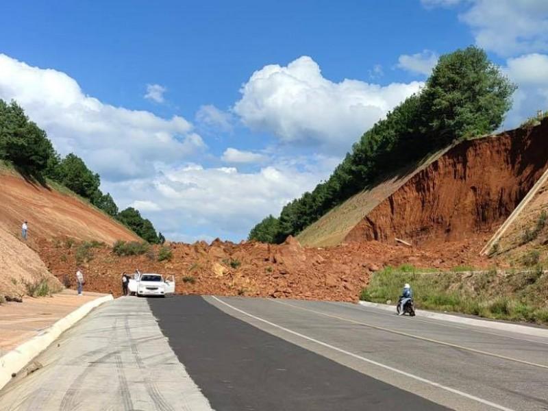 Cae talud sobre autopista Siglo XXI