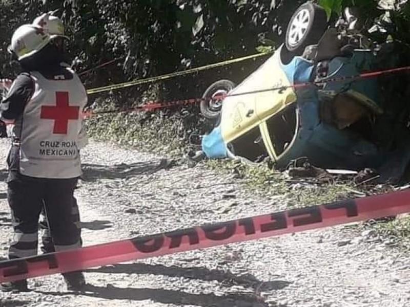 Cae taxista al fondo de un barranco en Xicotepec
