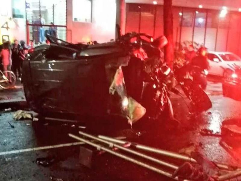 Cae vehículo en periférico; muere una persona