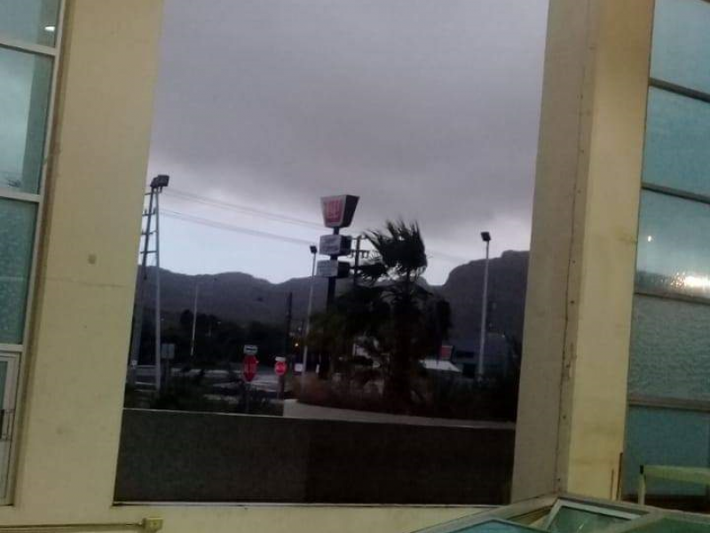 Caen ventanales de Pabellón Deportivo