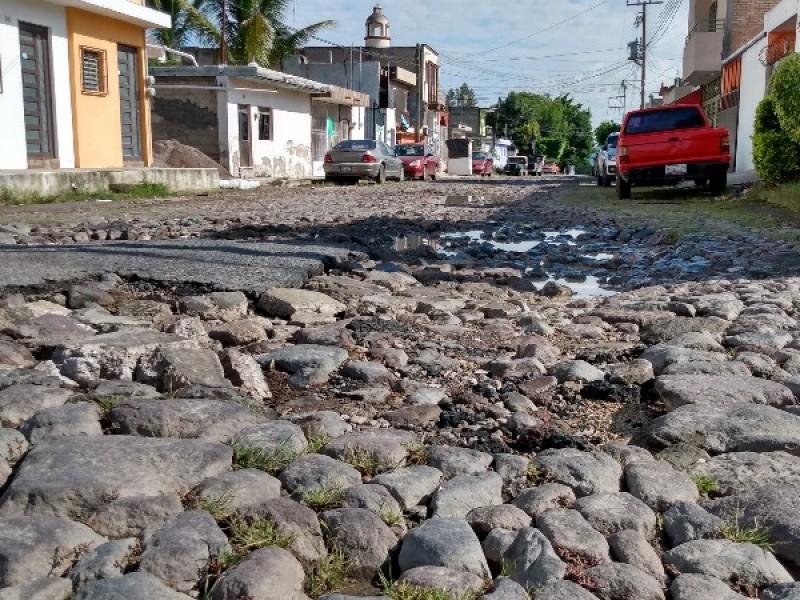 Calle Tuxpan quedó destrozada por el paso del transporte púbico