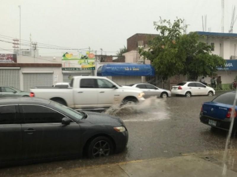 Calles anegadas por fuerte lluvia