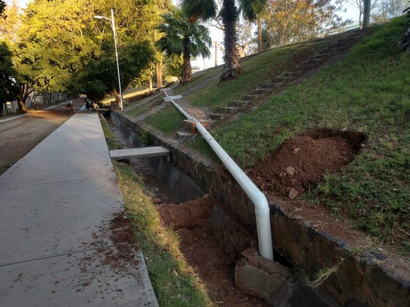 Cambian tubería de unidad deportiva en Jiquilpan
