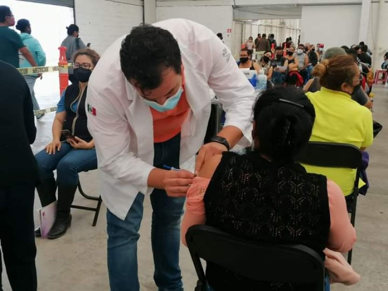 Cambiarán vacunación a Poliforum y Venustiano tras inconformidades