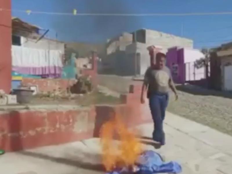 Camillero del ISSSTE quema su uniforme al no ser vacunado
