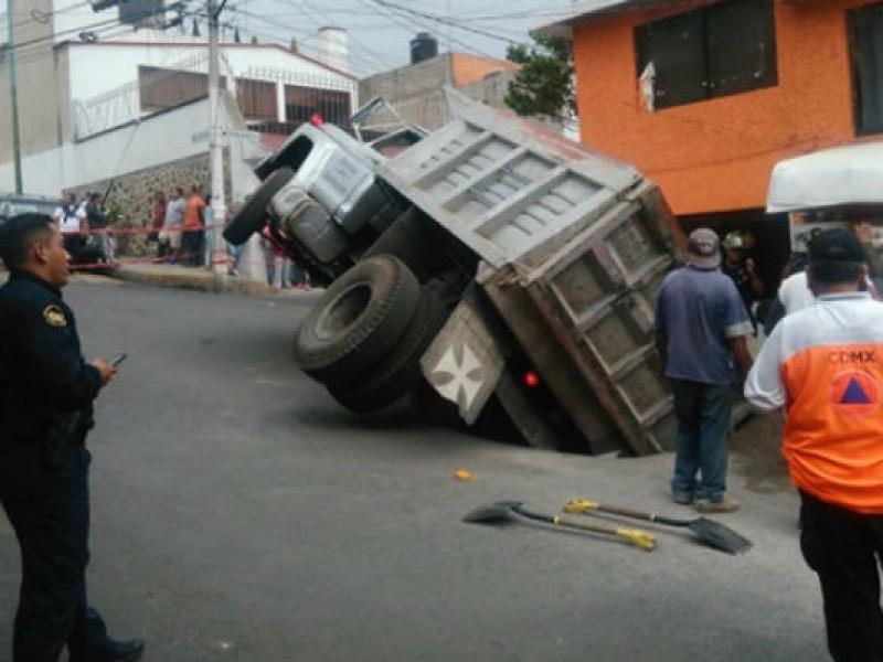 Camión cae en socavón en Tlalpan
