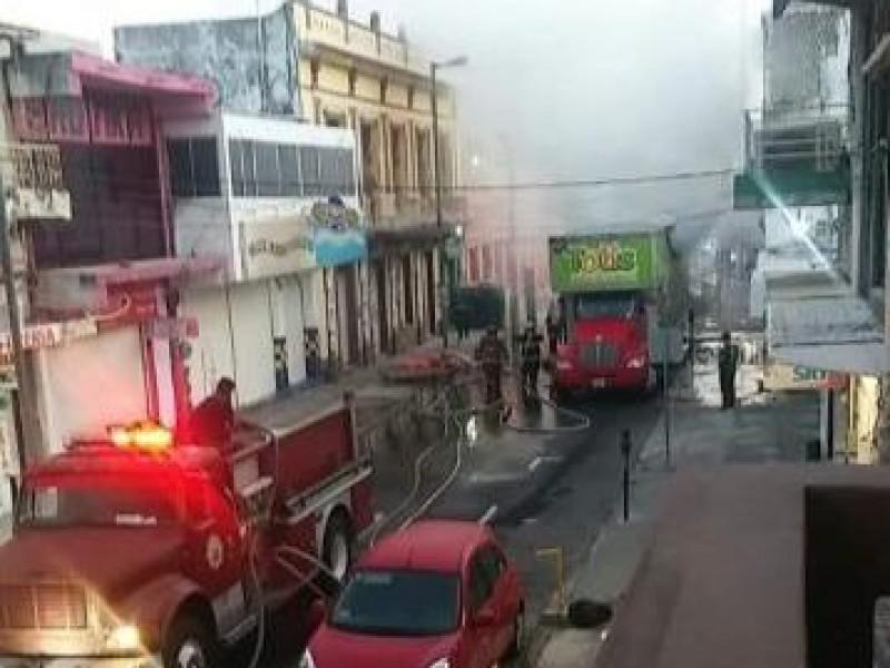 Camión de dulces se incendia en el centro