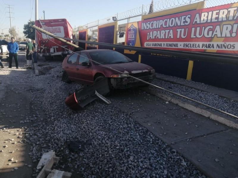 Camión de refrescos impacta a tres vehículos