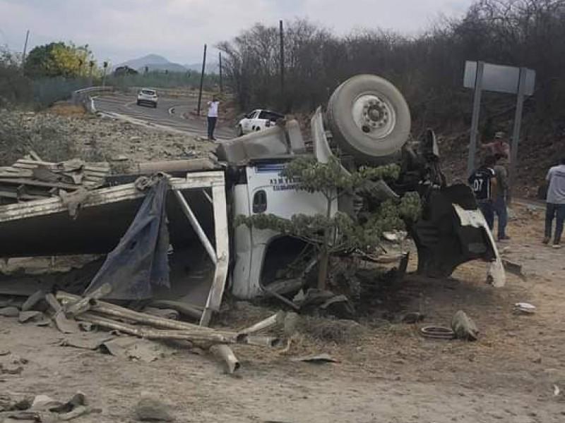 Camión que transportaba cemento sufre volcadura en el Camarón Yautepec