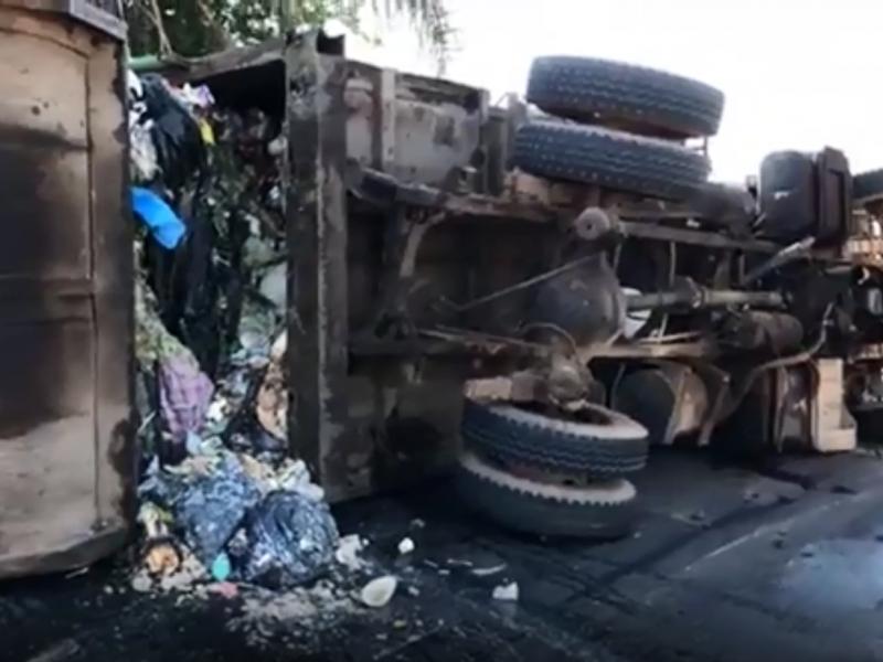 Camión recolector de basura se volcó en Libramiento