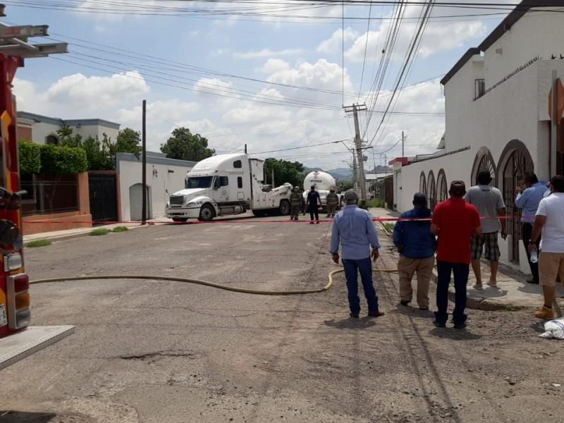 Camión repartidor de Gas LP cae en socavón