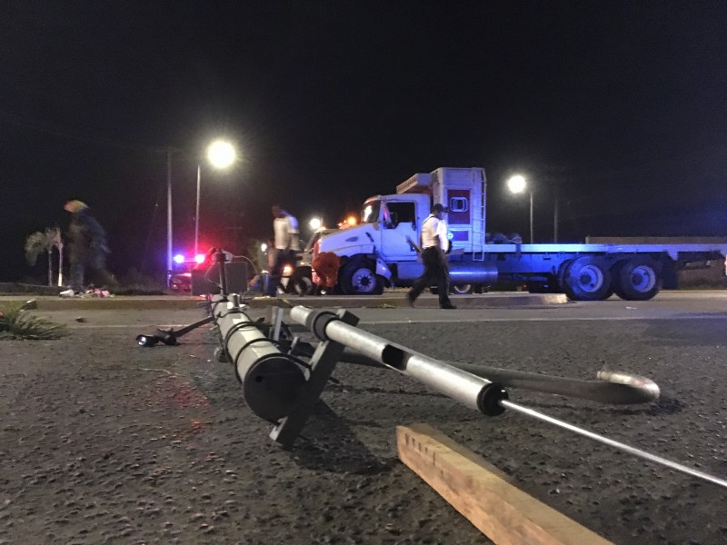 Camión se accidenta, tira poste para cámaras