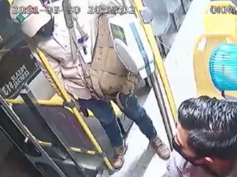 Camionero frustra asalto, ladrón termina en el suelo