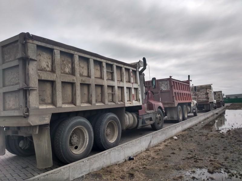 Camioneros detienen unidades por falta de trabajo