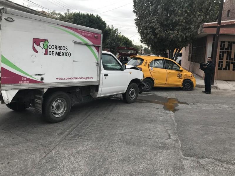 Camioneta de Correos de México protagoniza accidente vial