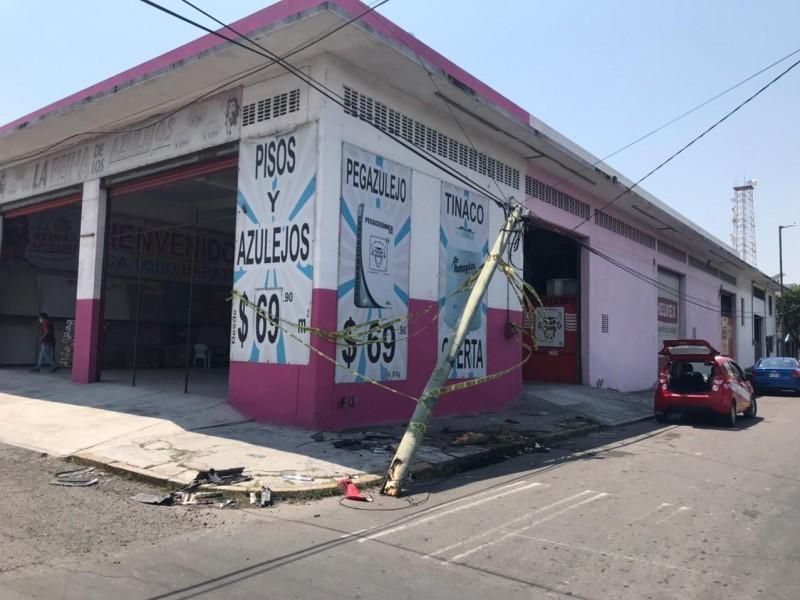 Camioneta rompe poste de telefonía en centro de Veracruz