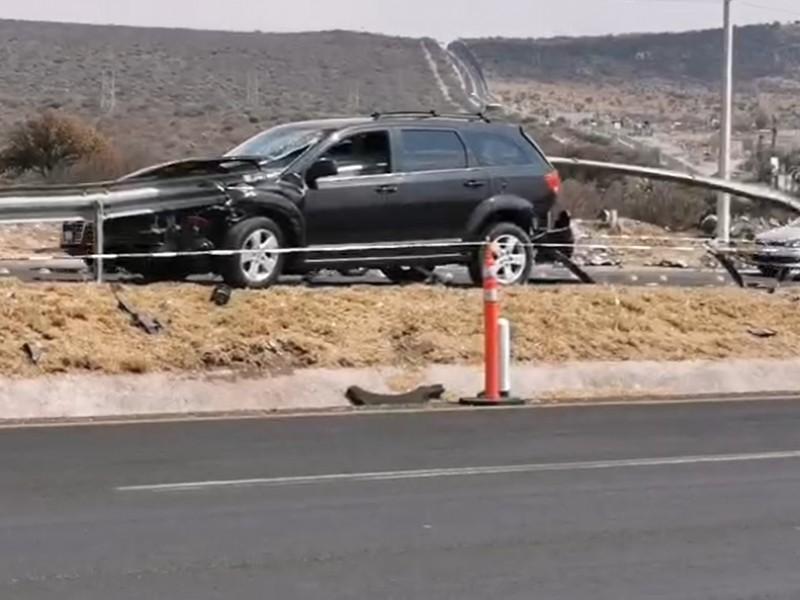 Camioneta se incrusta contra contención de libramiento surponiente