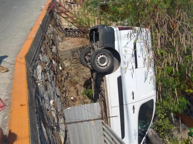 Camioneta se va al vacío en colonia Morelos