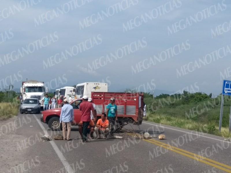 Campesinos de puente madera bloquean carretera transistmica