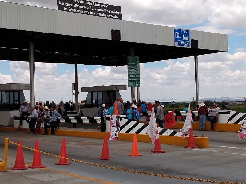 Campesinos inician bloqueo carretero indefinido en Zacatecas