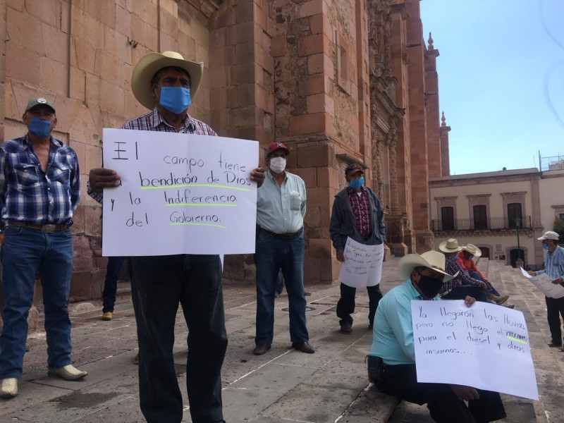 Campesinos se manifiestan en avenida Hidalgo
