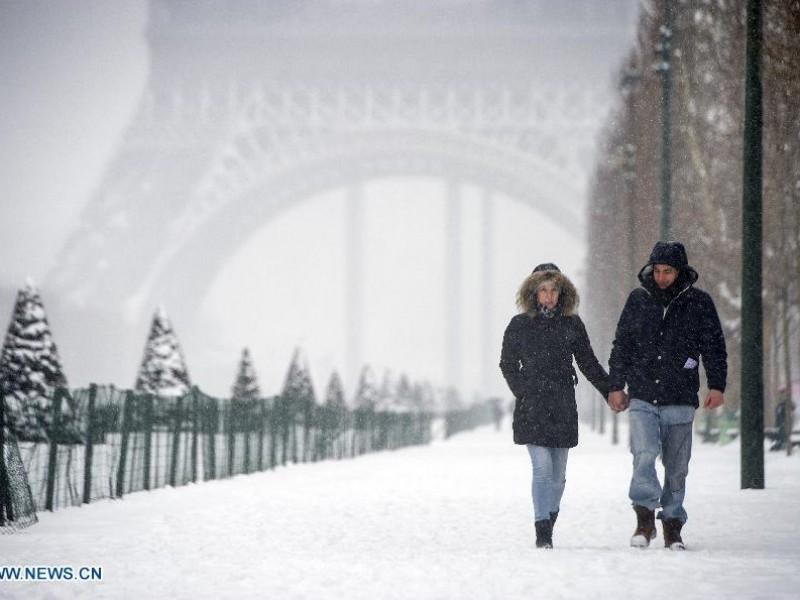 Cancelan vuelos por tormentas de nieve en Francia