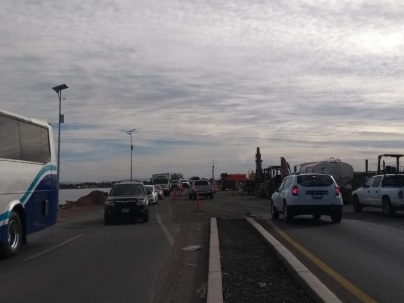 Caos en puente Douglas, activo un solo carril